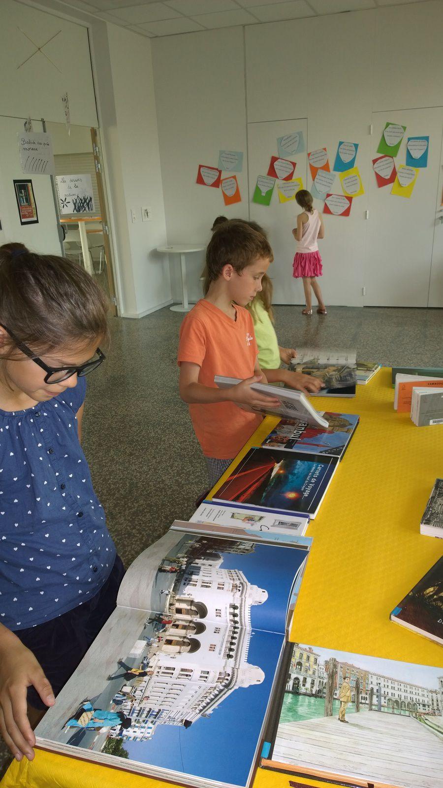 Visite des CE2 de l'exposition &quot&#x3B;carnets de voyages&quot&#x3B; des CM2