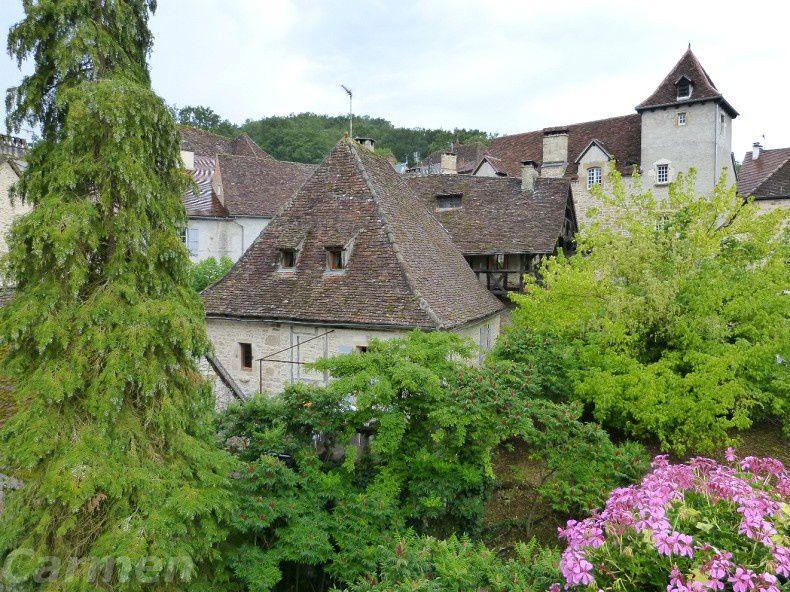 Encore un petit bijou que nous avons découvert lors de notre week-end dans le Lot,  Carennac un charmant et pittoresque  village du Haut-Quercy    Le pont sur une petite rivière donne un joli point de vue sur ce séduisant village médiéval, ses maisons de pierre et ses toits de tuiles brunes.