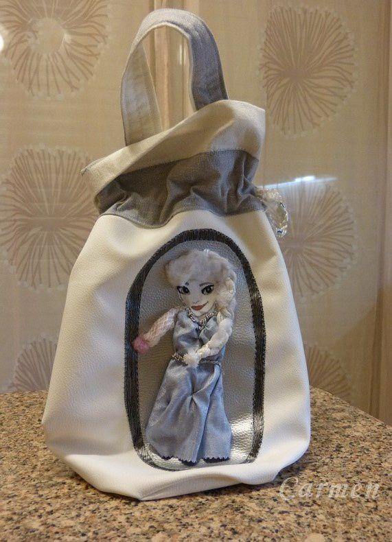 Ce joli sac a été réalisé par ma soeur Marie Josée à ma demande, pour la petite puce Sara agée de 4 ans qui est complètement fan de la Reine des Neiges. Merci Marie Josée, tu étais surbookée et tu l'as réalisé en un temps record, c'est une belle réussite. Bisous
