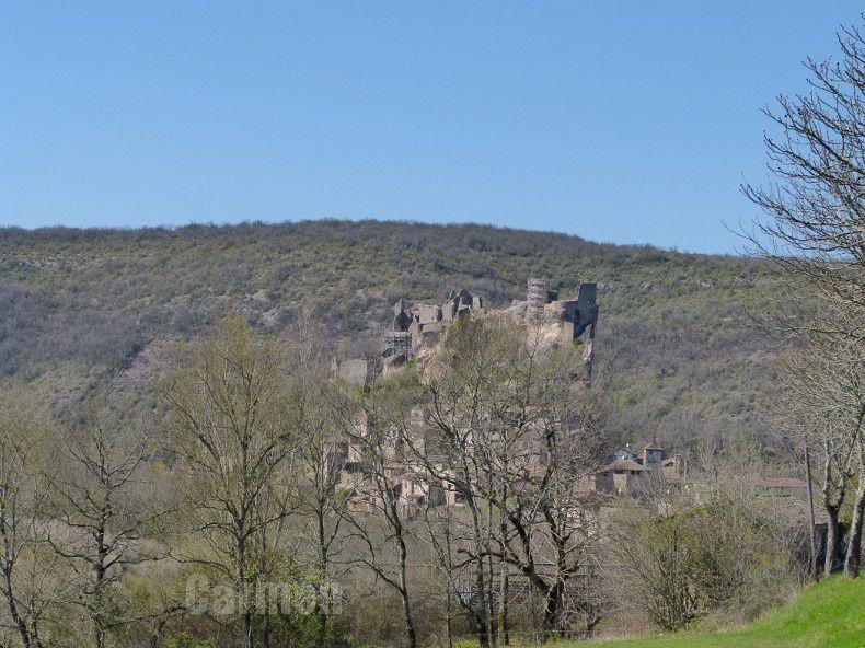 La forteresse royale de Penne d'Albigeois, veille sur son village accroché aux flans d'éperon rocheux.