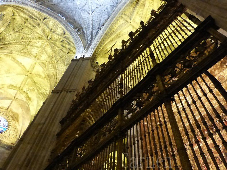 Dans la grande chapelle se trouve, l'autel principal, c'est le plus grand Retable du monde avec ses vingt-huit mètres de haut sur vingt mètres de large. C'est une oeuvre gothique exceptionnelle toute en bois et recouverte d'or formée de 45 panneaux avec  plus d'un millier de statues sculptées, représentant des scènes de la bible. Ce retable est protégé par de magnifiques grilles plateresques dont celle centrale réalisée par le frère Francisco de Salamanco