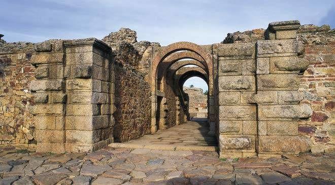 Les combats de gladiateurs se déroulaient dans les arènes de l'amphithéâtre. Ce monument fait partie de l'ensemble archéologique de Mérida, classé au patrimoine mondial de l'UNESCO.