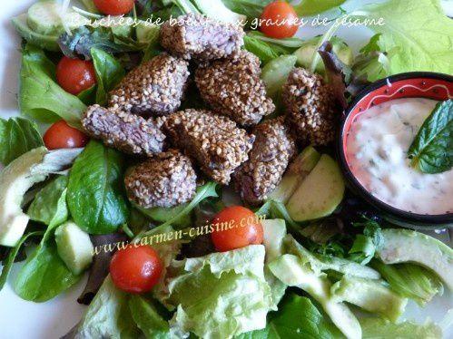 Salade d'avocat au fromage blanc et bouchée de boeuf aux graines de sésame