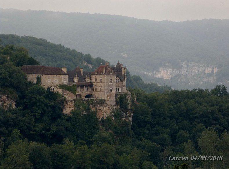 Le Chateau de Cénevières qui domine la vallée du haut de sa falaise, à 6km de Saint Cirq Lapopie. Monument privé classé monument historique, ouvert à la visite
