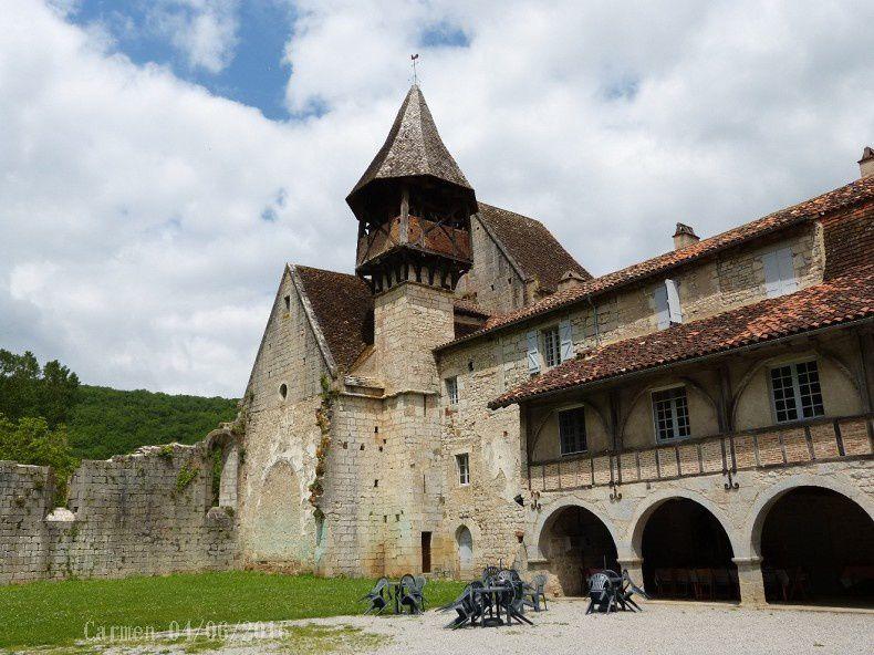 Lové au creux d'un méandre du Célé, Espagnac Ste-Eulalie a conservé la quiétude de son ancien prieuré de Val Paradis couronné d'un clocher exceptionnel. Les imposants vestiges de l'abbaye, à l'histoire tourmentée depuis le XIIIème siècle, font de ce bourg une halte privilégiée sur le chemin de Compostelle.