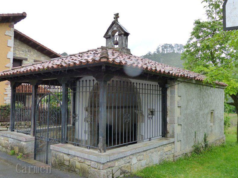 Et voici la vue de l'autre côté, une petite chapelle et un horreo (grenier) à grains