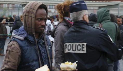 Jean-François Corty, directeur des missions France de Médecins du Monde revient de Calais où il a pu constater une situation sanitaire alarmante, aggravée par une traque policière sans relâche. Il dénonce l'inhumanité et l'incohérence de la politique migratoire française, notamment envers des personnes fuyant des pays en guerre.