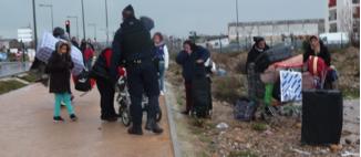 L'État français porteur d'humanisme social détruit les habitats précaires et incommodes au lieu de les assainir. Il jette à la rue