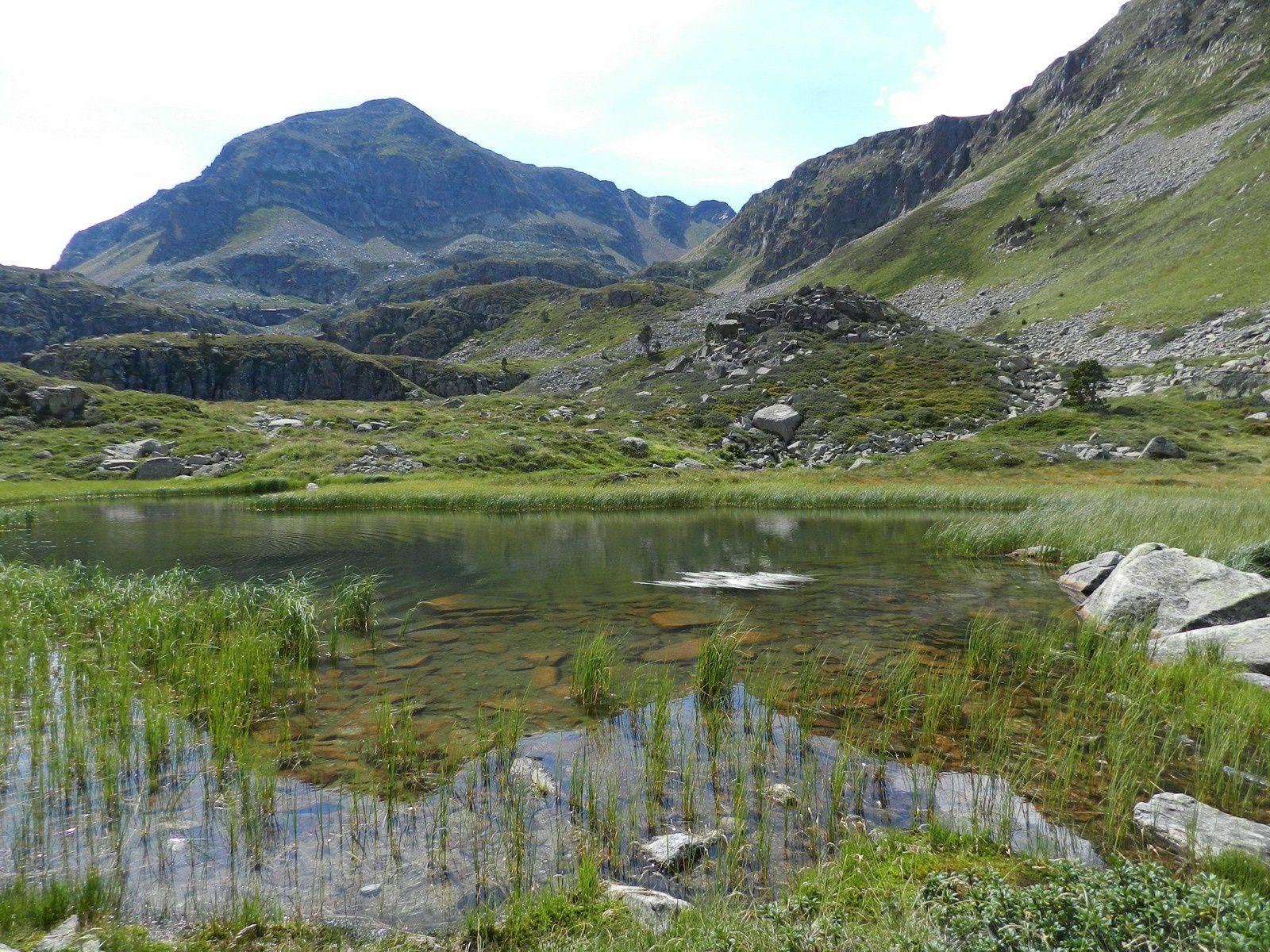 une série de petits étangs sur le chemin de la descente