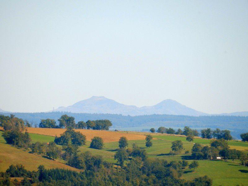 les volcans d'Auvergne au fond