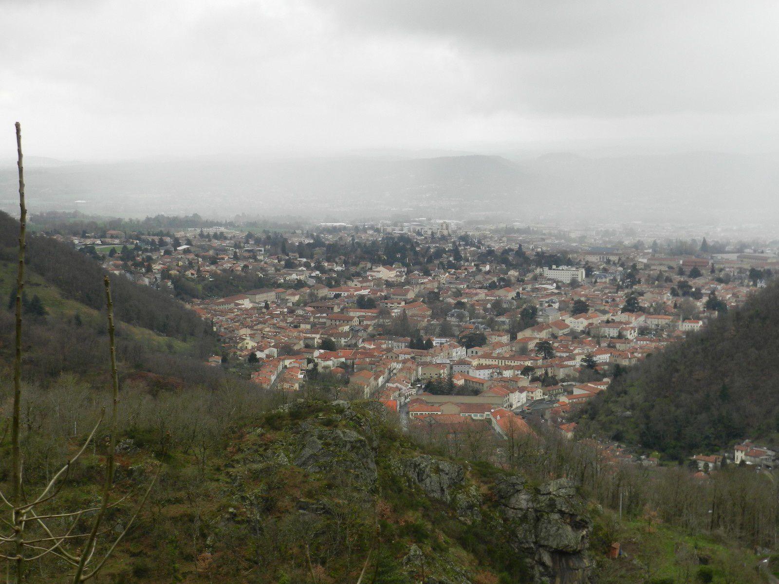 Nous voici au dessus de notrte destination à Haupoul dans son chateau, un bon repas à l'abri de la pluie et nous rentrons directement en écourtant le circuit car nous sommes humides....