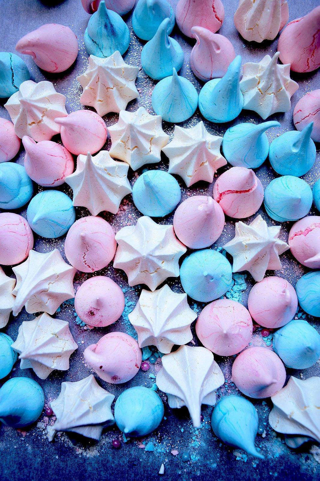 Pastel meringue kisses