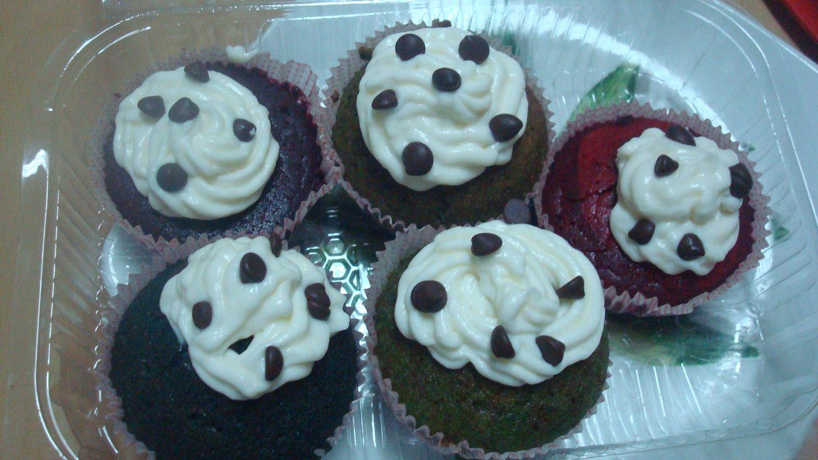 les cupcakes rouge et violet ne contiennent pas de bicarbonate, il sont plats denses, alors que les autres sont très bien aérés !