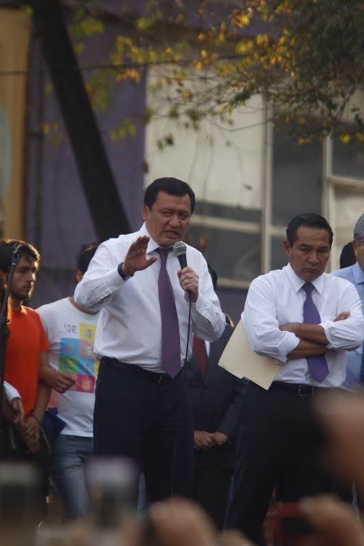 Le Secrétaire du gouvernement Osorio Chong cherchant à appaiser les Poli