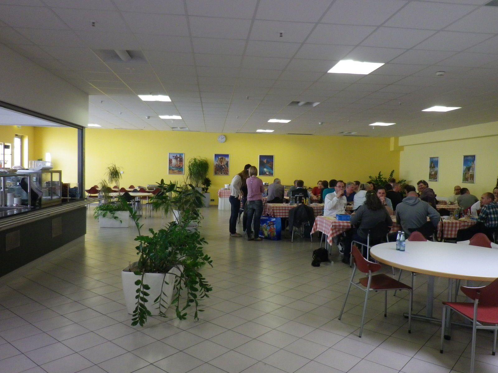 après 3 heures de visite, un bon déjeuner nous attendait à la cantine de l'usine. Où Mr Robert BENKER, le directeur du site nous a rejoint afin de partager ce moment avec nous. Nous le remerçions pour son chaleureux accueil!