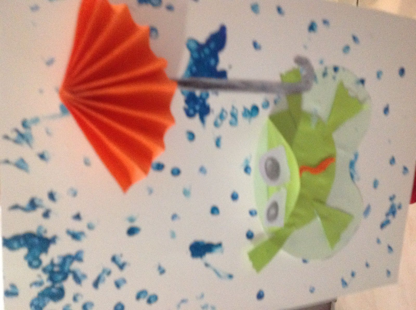 Pour chasser la pluie nous avons réalisé cette petite grenouille. La pluie avec des cotons tiges