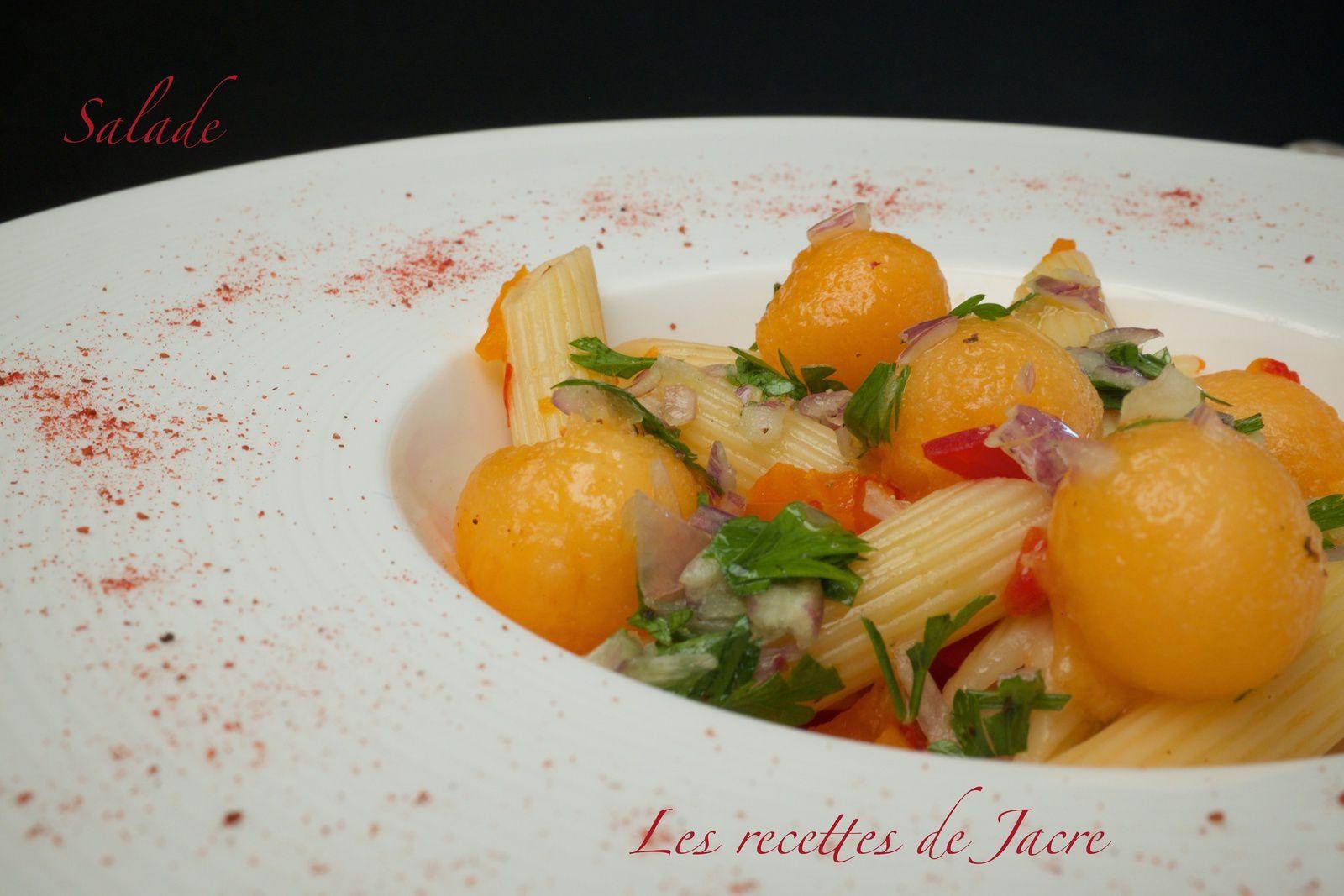 Salade de pâtes couleur rouge et ses billes de melon