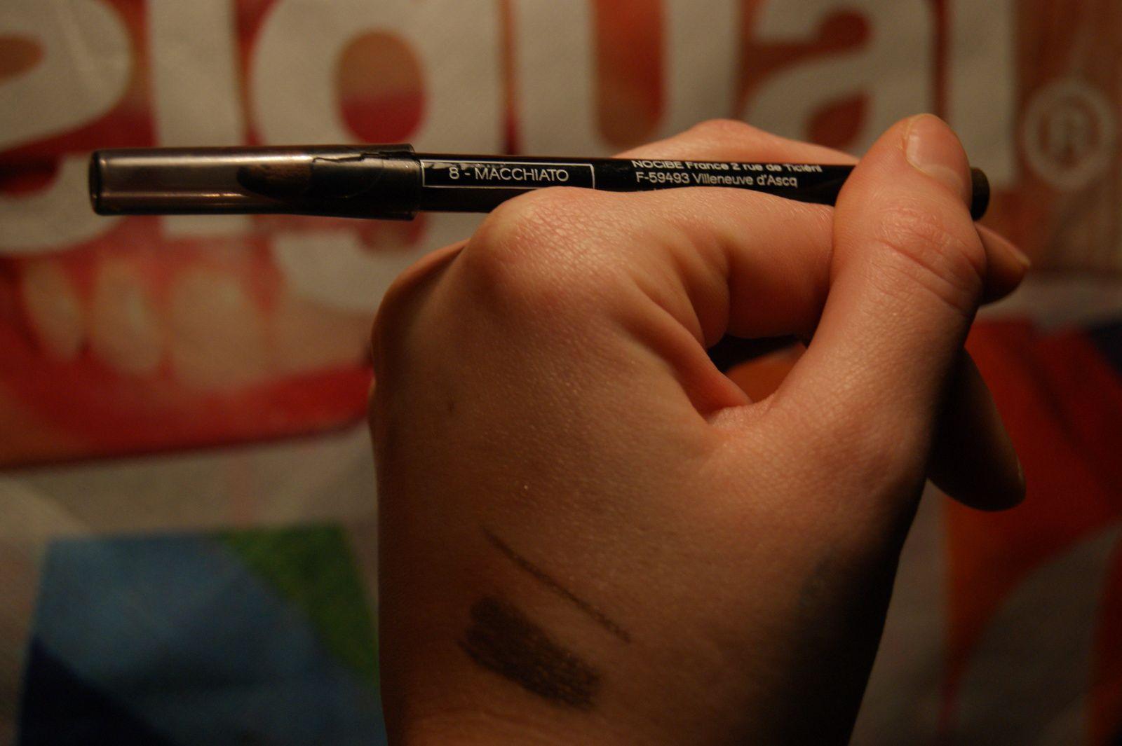 Crayon Yeux regard Mystérieux Macchiato revue et swatch demoisailesfaitdesrevues.over-blog.com