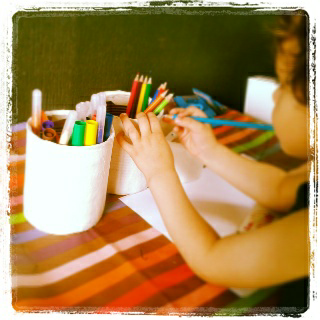 Papier mâché : lettres et pots à crayons.