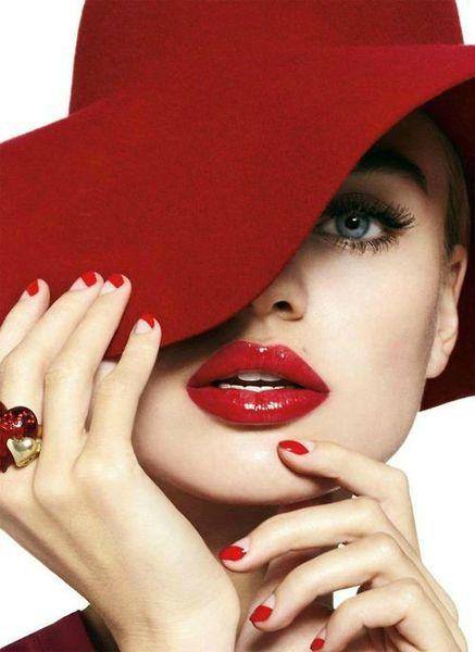 femme chapeau rouge