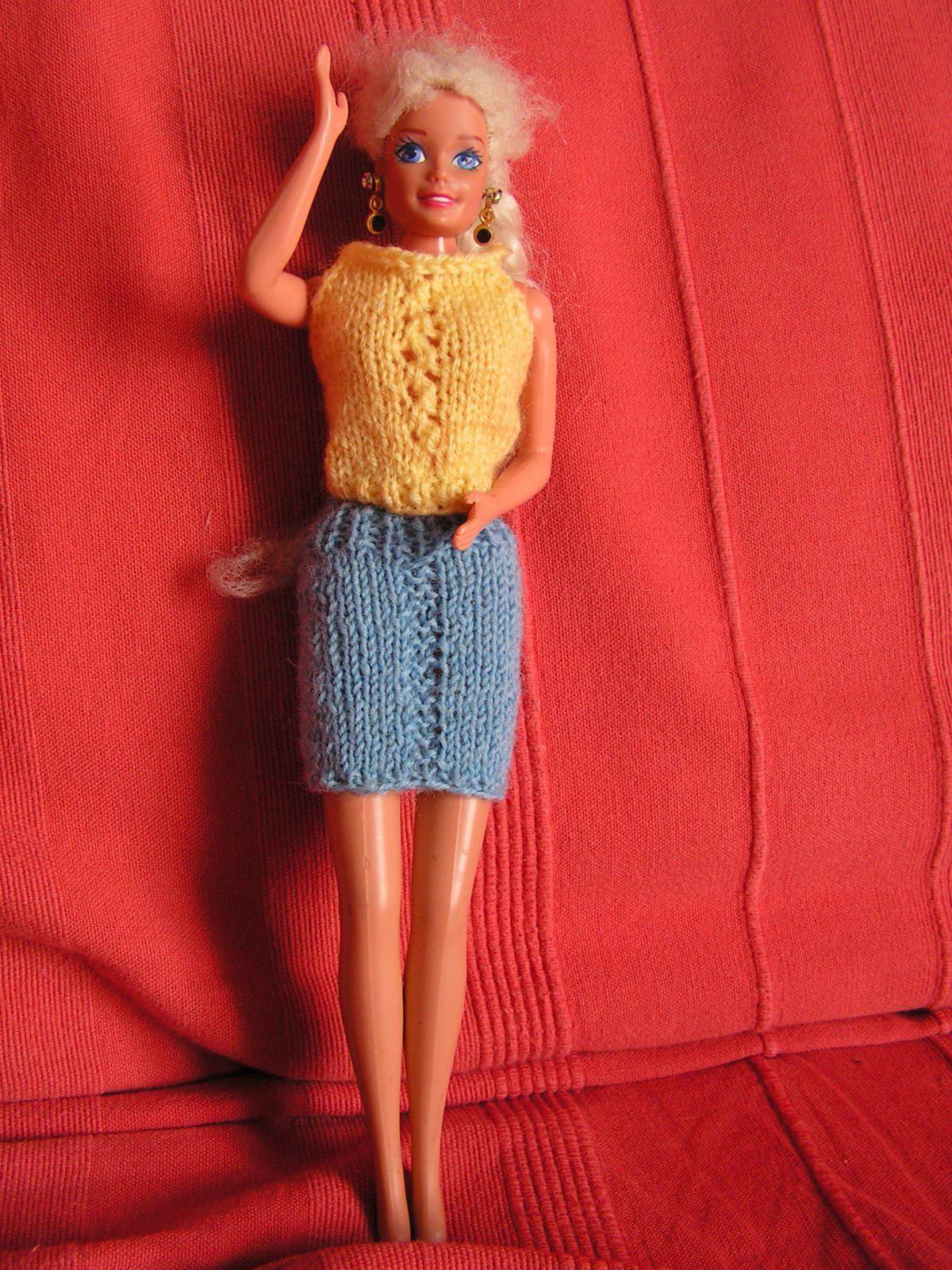 Top jaune et jupe bleue