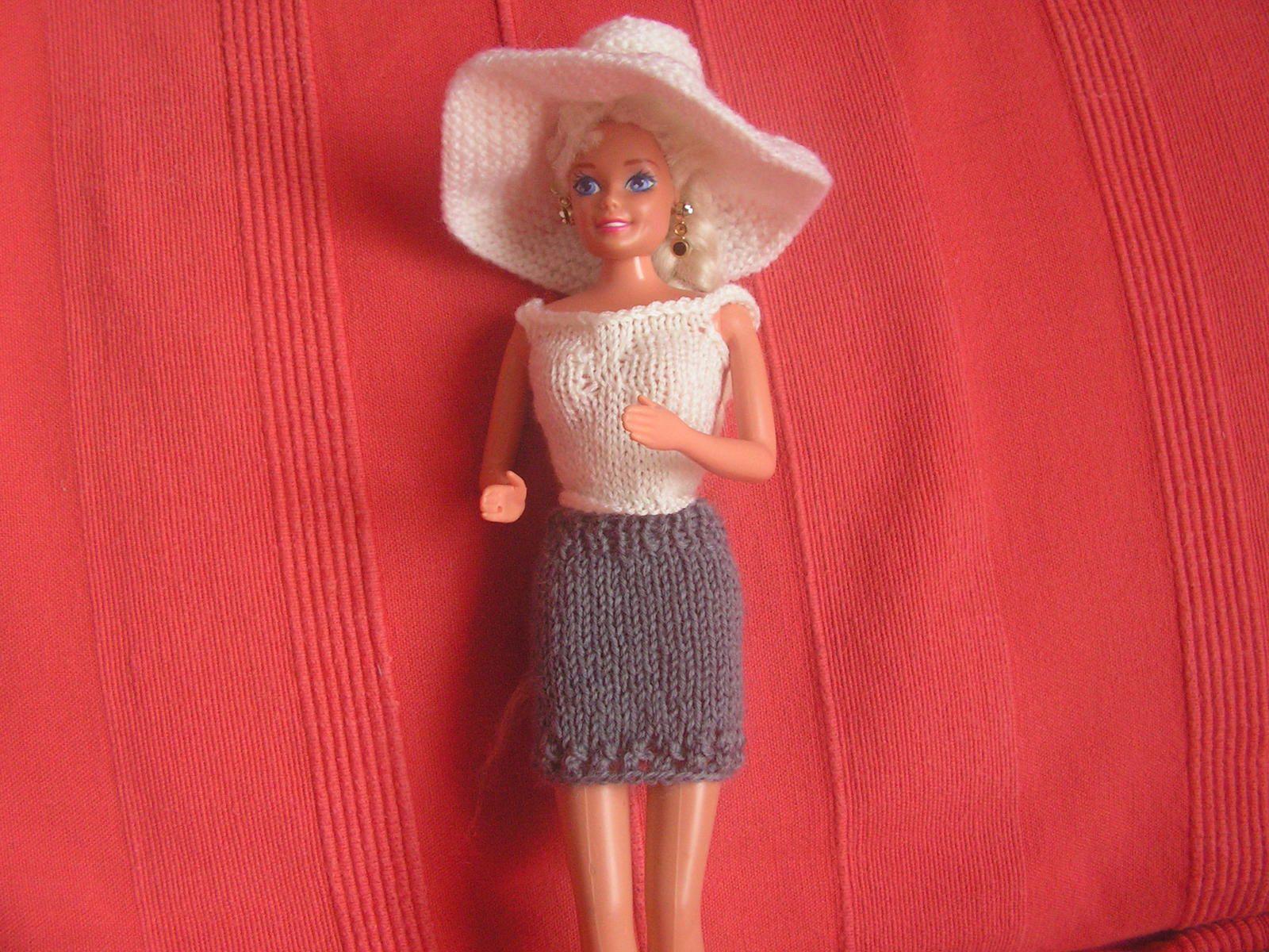 Top blanc, jupe bleue et chapeau