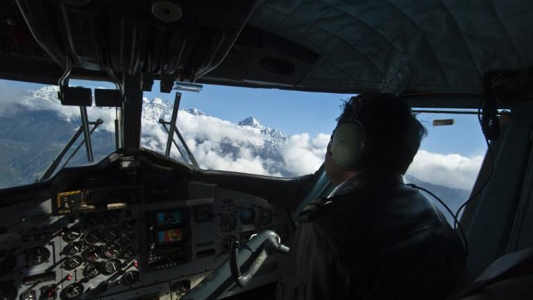 Co-pilote cabine d'un avion reliant deux villes du Népal en octobre 2010 source ONLY WORLD / AFP