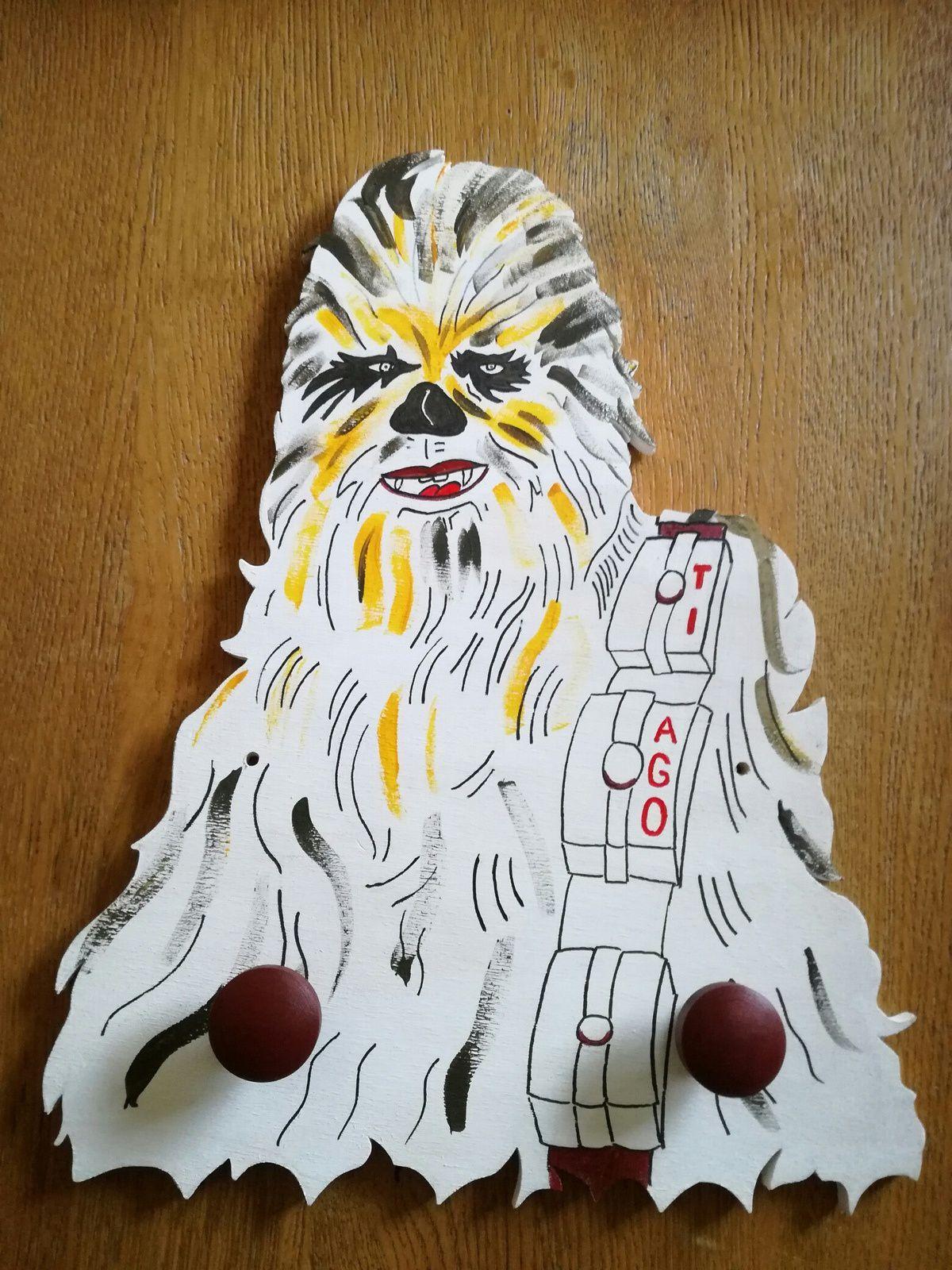 Portemanteau Chewbacca pour TIAGO. Il est chantourné dans du peuplier et peint à la main.