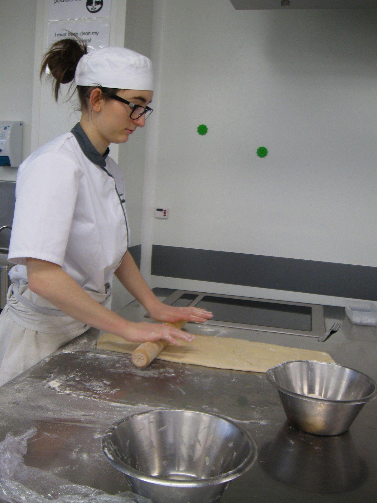 Après avoir réalisée la pâte à choux, tourage du croissant et fabrication de la crème pâtissière.