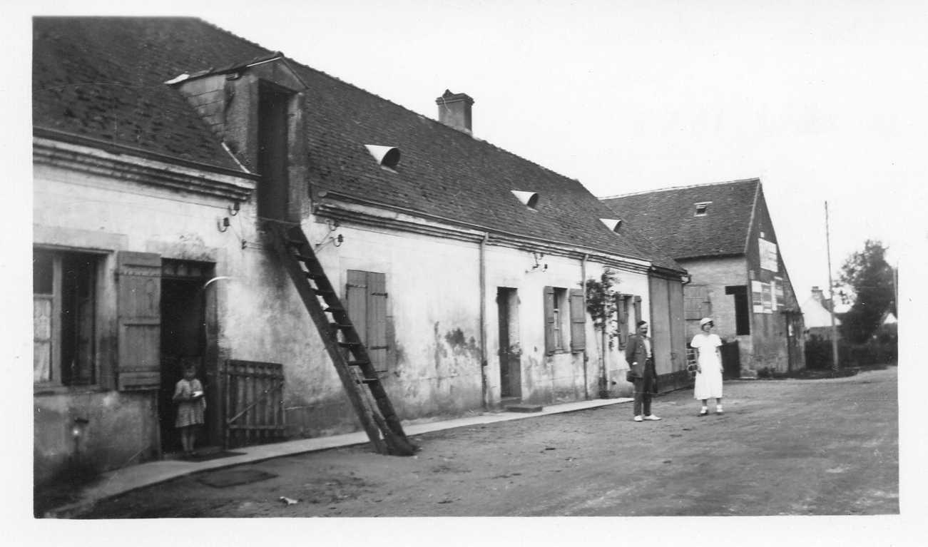 Alphonse et sa fille devant la ferme de Montagrin en 1929
