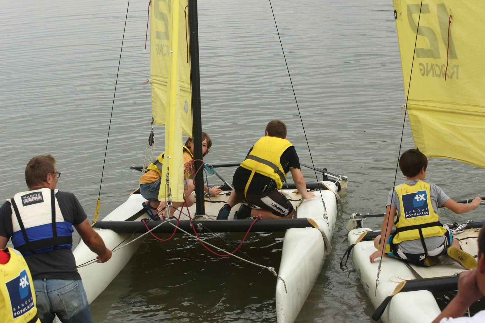 (photo L Legrand) : les marins regardent vers là où ils veulent aller mais il va falloir tourner les bateaux