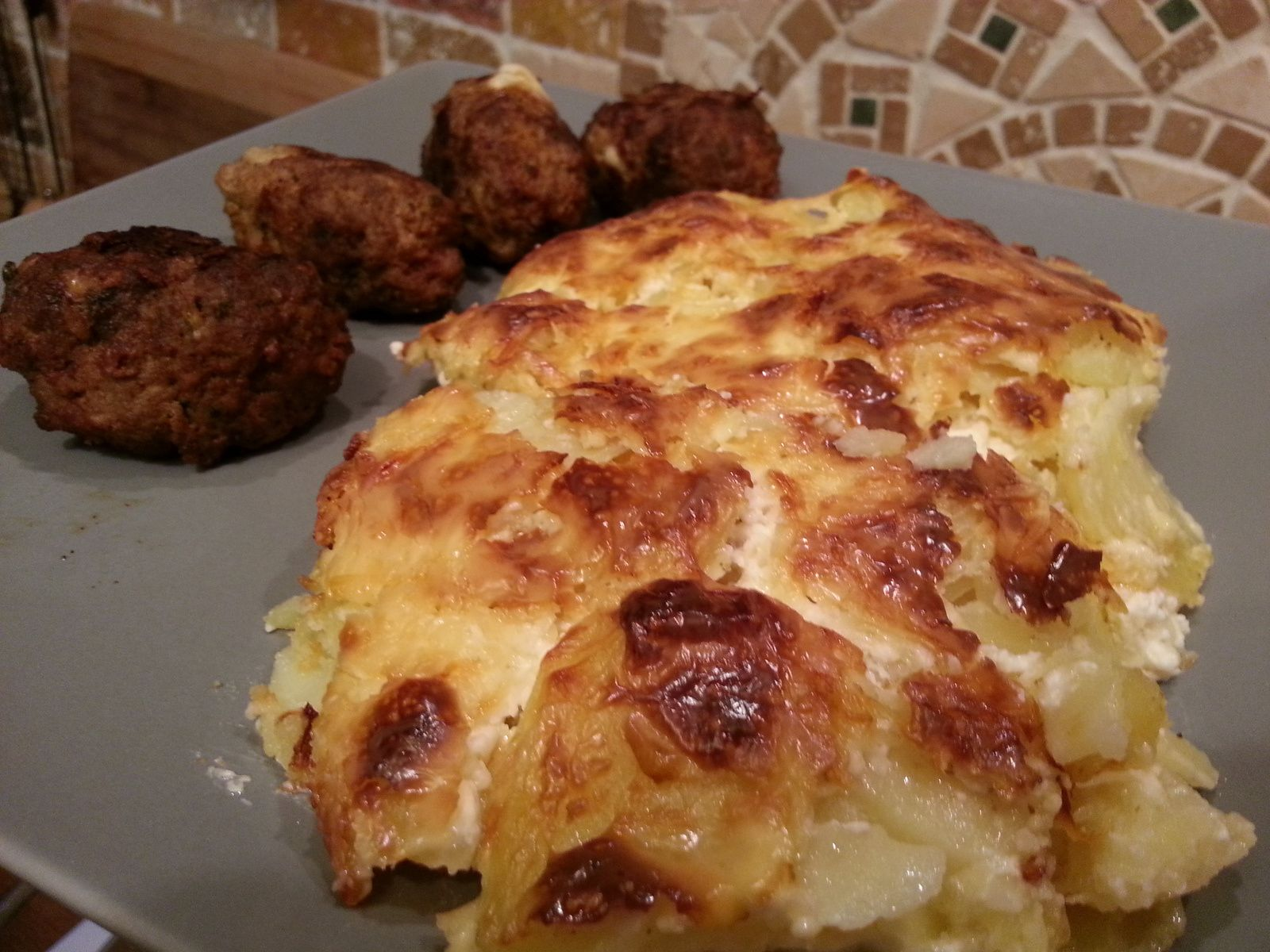 les boulettes de viande au parmesan et mozzarella avec son gratin dauphinois