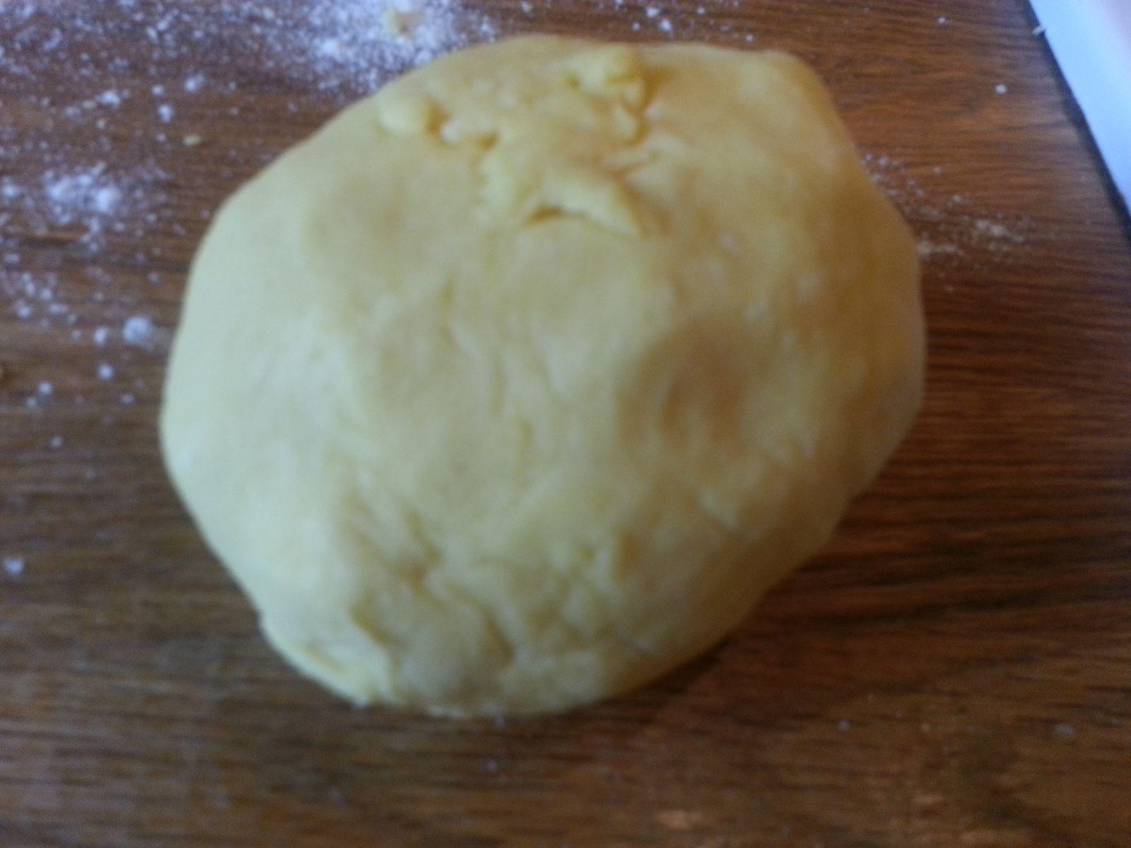 la préparation crème pâtissière : jaunes d'œufs et sucre