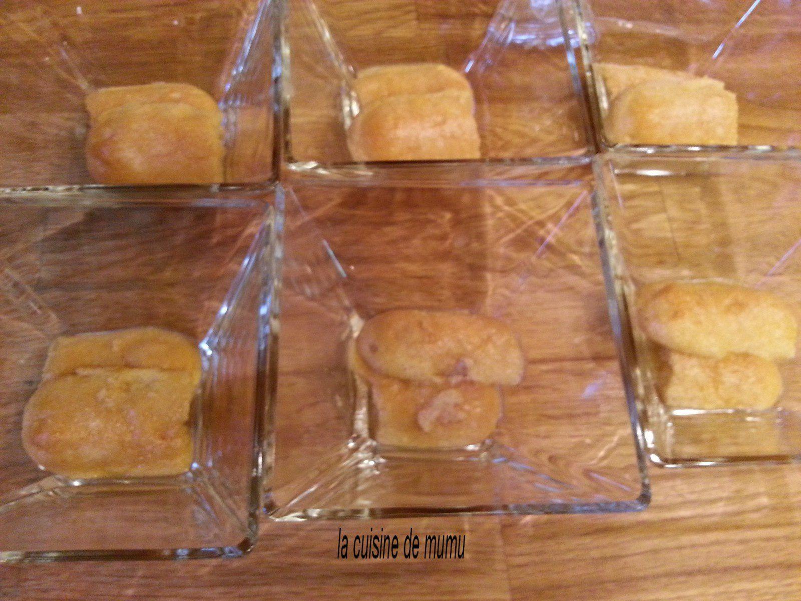 les biscuits trempés dans le sirop et mis dans les verres