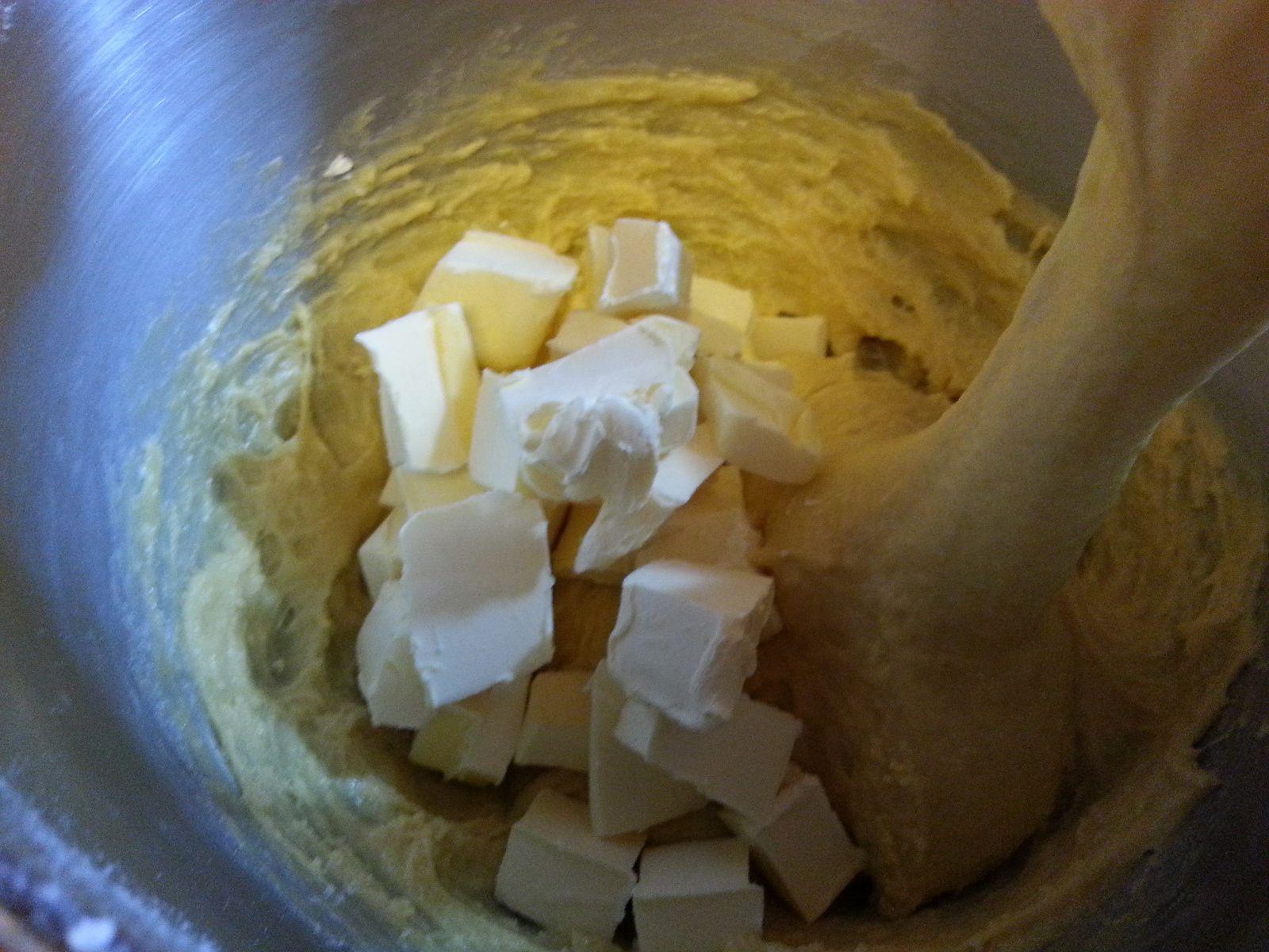 la pâte  puis la pâte avec ajout du beurre