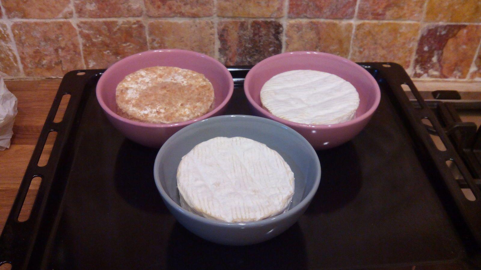 Mettez les 4 camembert dans 4 petits plats qui vont au four, découpez le dessus du camembert comme un chapeau et le remettre puis faites des trous sur tout le fromage , mettez les plats sur la plaque du four et enfournez à 200 °C pendant 15 à 20mn , surveillez lorsque le camembert sort sur les côtés , qu'il est fondant ,