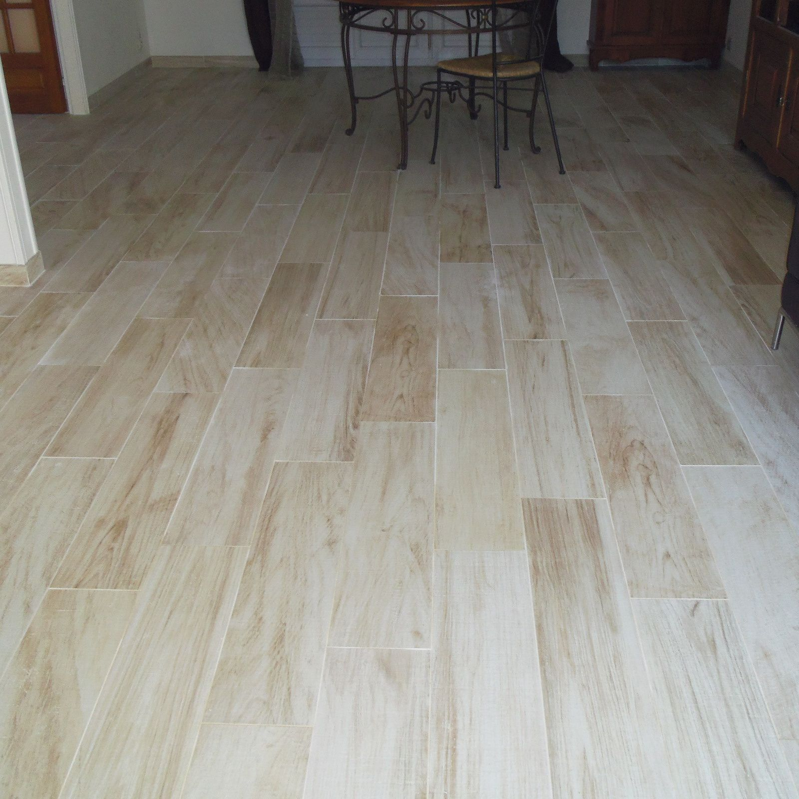 Pose d 39 un carrelage imitation parquet r novation en b timent for Poser lino sur carrelage