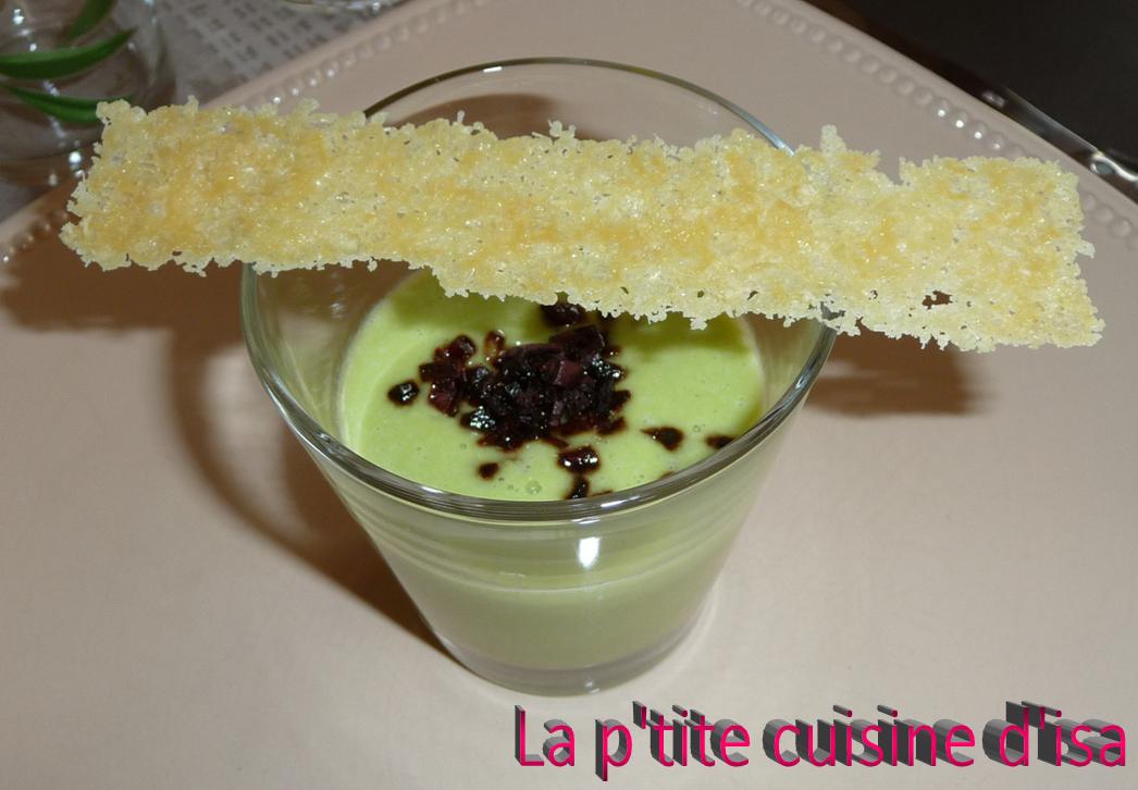 Crème d'asperges croustillant de chorizo et tuile de parmesan