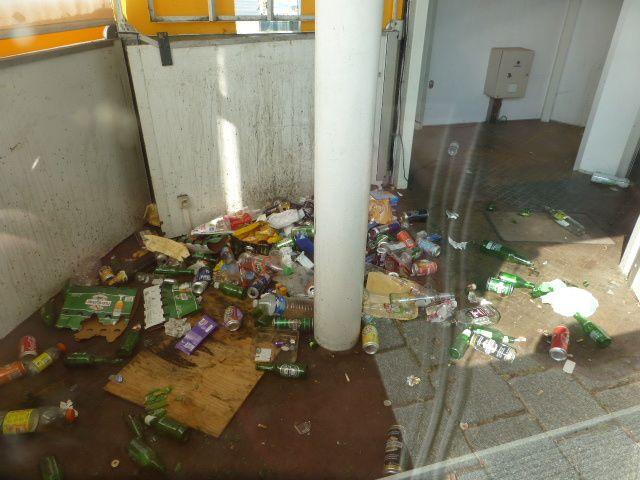 Gloire à Vierzonitude : l'arrêt de bus du Forum république n'est plus un dépotoir... depuis décembre il était temps !