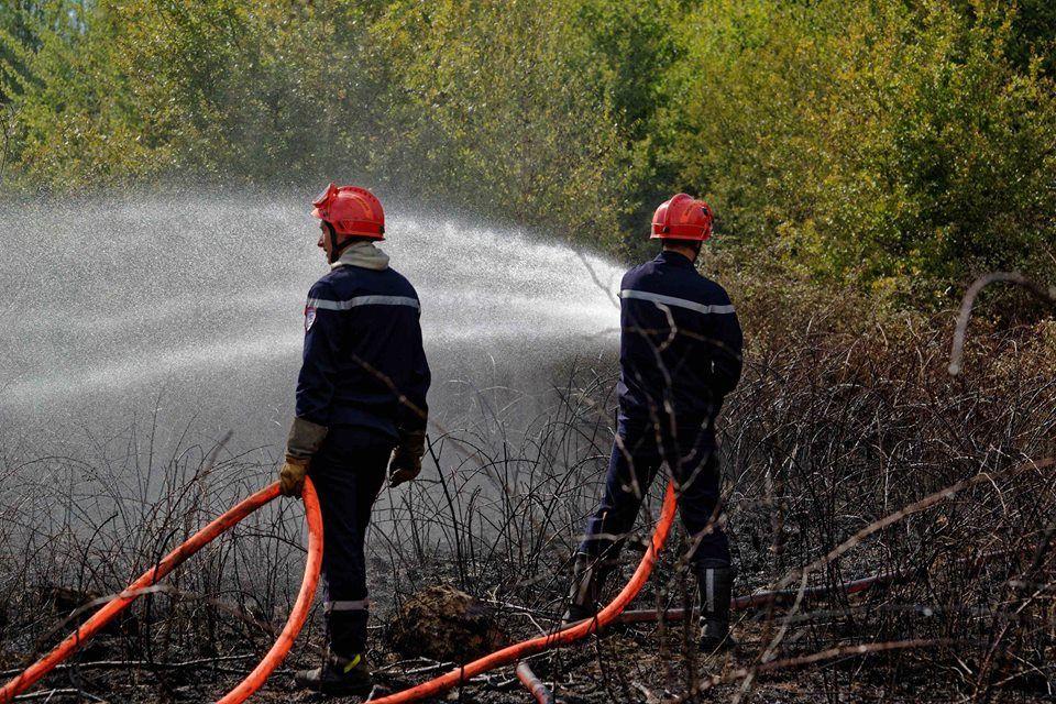 Les pompiers en action pour un feu de broussailles près de l'A71