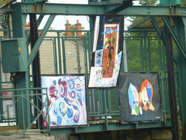 Original : une exposition de tableaux sur le barrage de l'ancienne piscine !