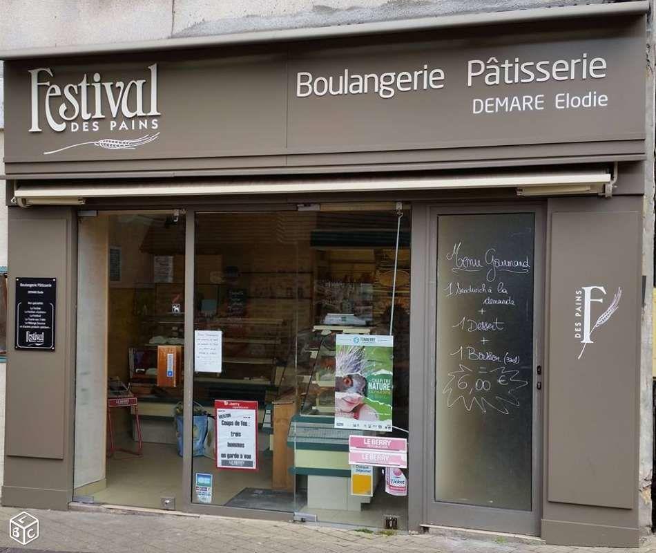 En revanche, la boulangerie de centre-ville, rue Victor-Hugo/place Foch est en vente