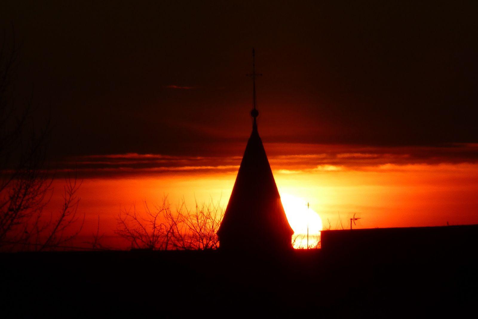 Un peu de poésie, le Beffroi et Notre-Dame dans le soleil du matin