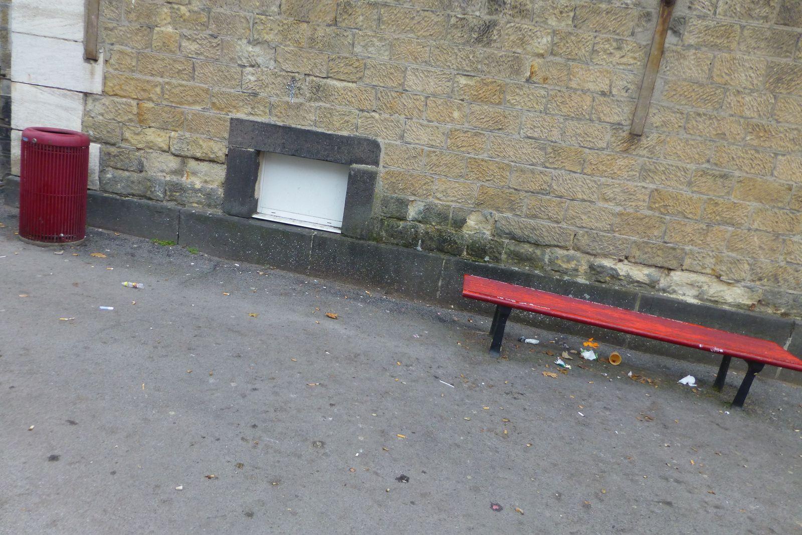 Devant le lycée Brisson, on élargit le bord des poubelles pour tenter de recueillir les détritus plus facilement !