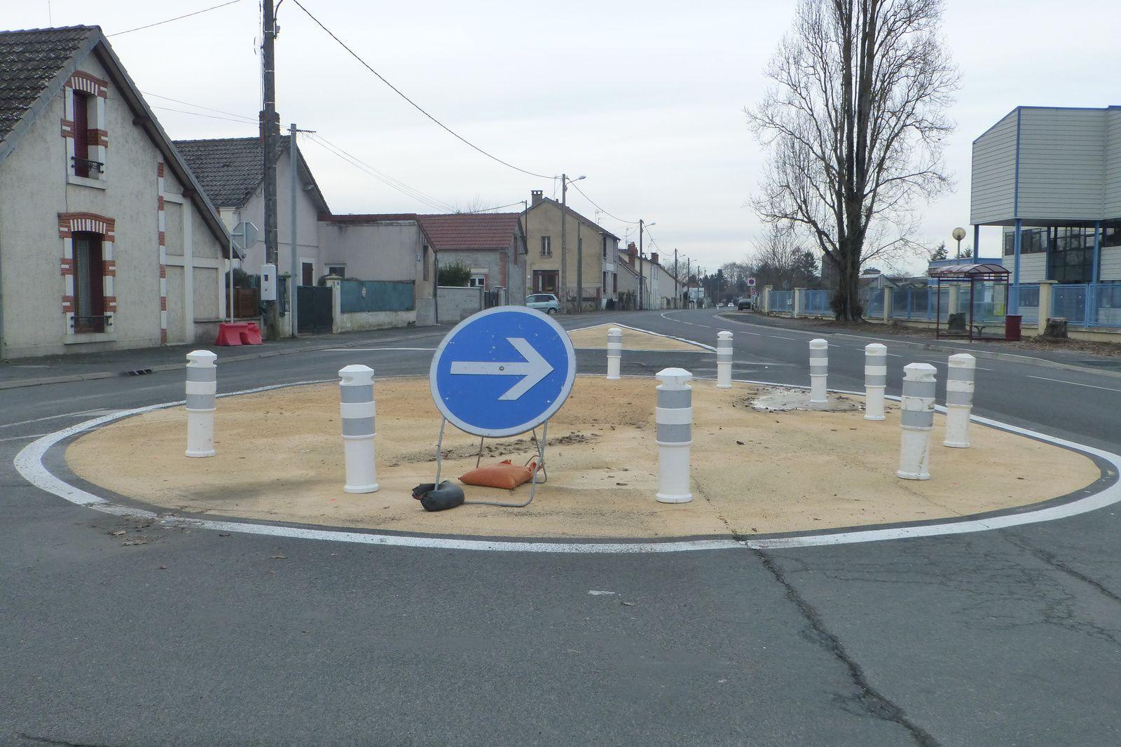 Nouveaux aménagements route de Foêcy : giratoire, stop, cédez-le-passage, dos d'âne, la totale