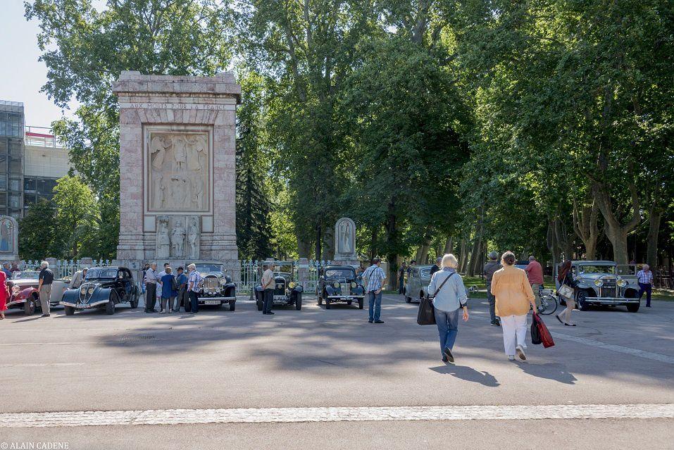 10h00 : rassemblement des voitures anciennes Place du Souvenir Français