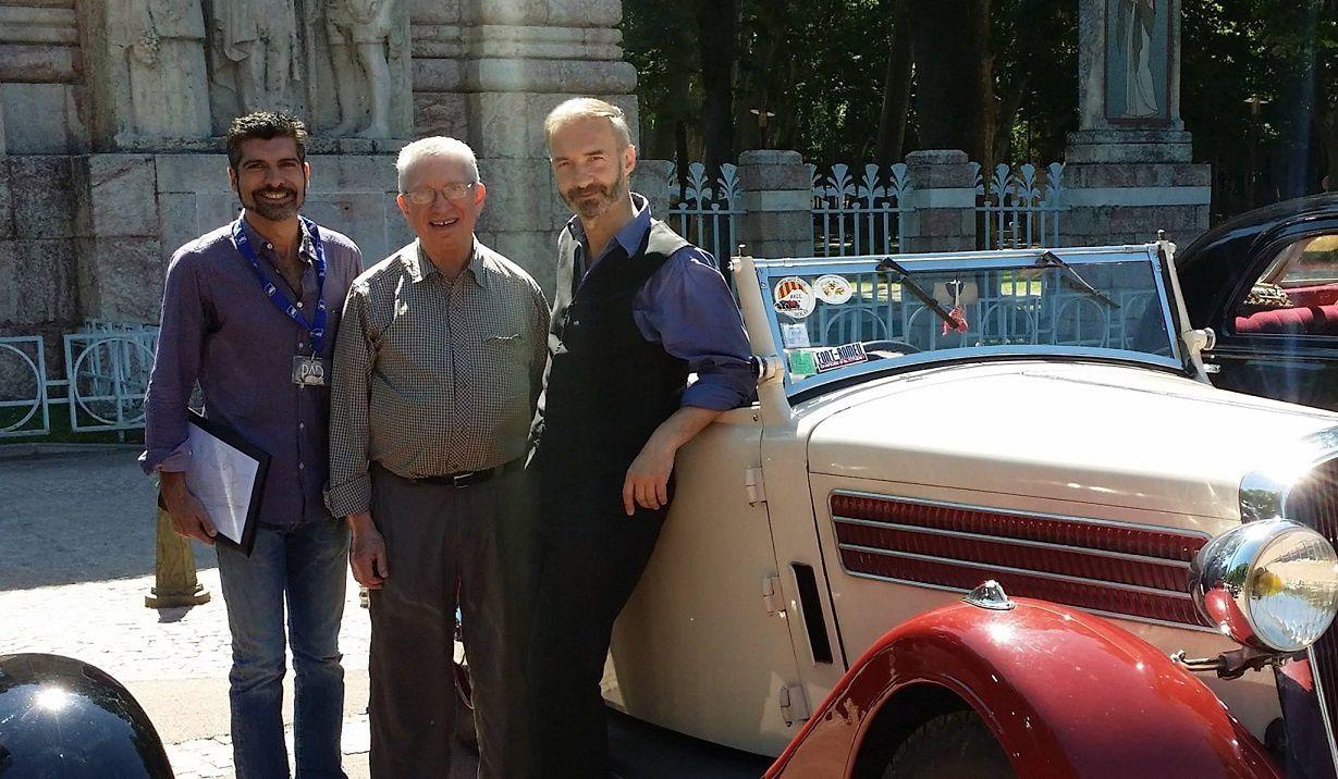 Philippe Latger (PAD) de Perpignan, Joe Loundy (CADS) de Chicago et Pascal Yves Laurent (PADS) de Paris, prêts pour le départ du cortège des voitures