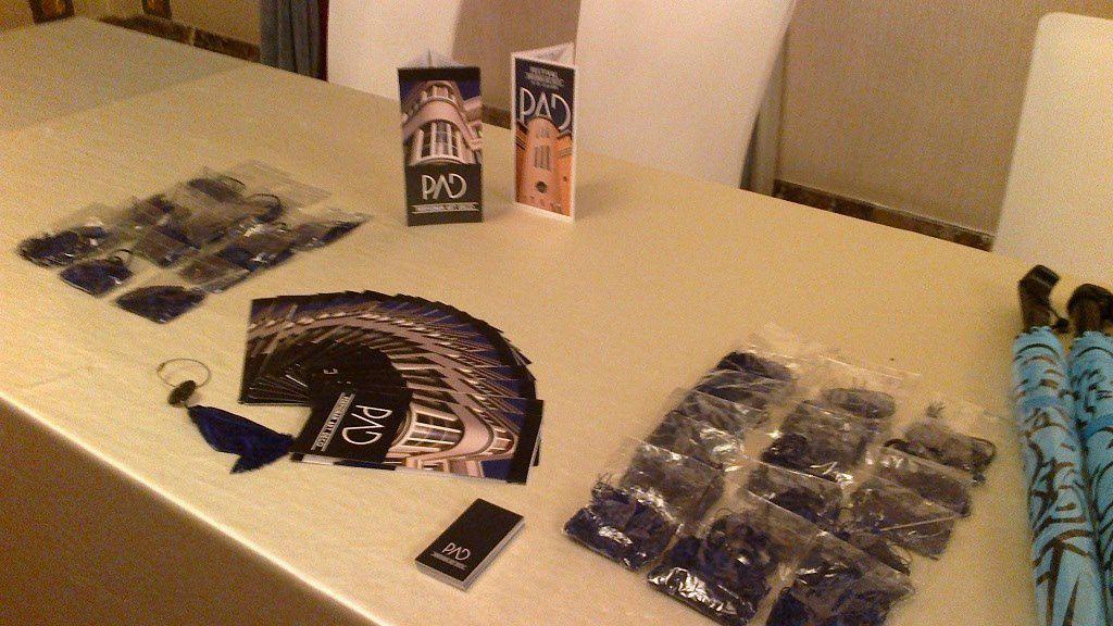 Stand PAD au Fairmont Peace Hotel pour le Farewell Gala du Congrès Mondial de l'Art  Déco, avec le dépliant et le bijou PAD 2015