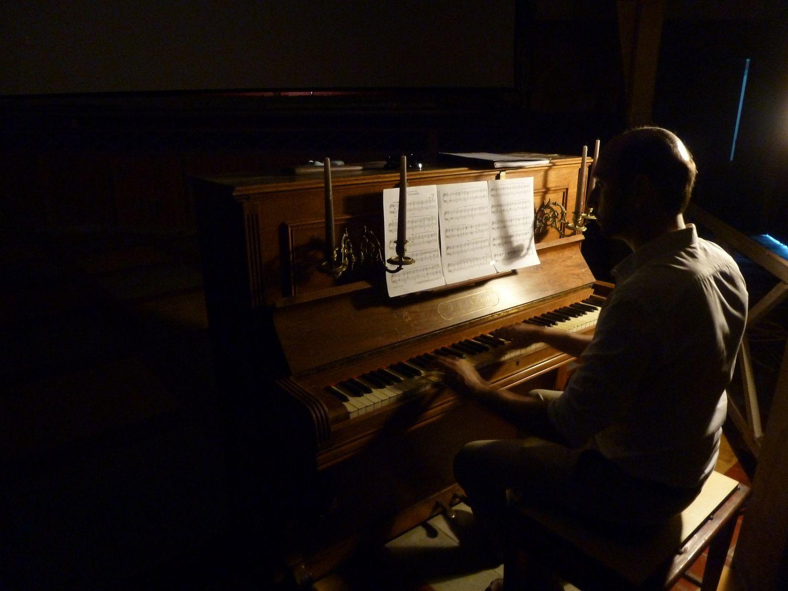 Julien Selva au piano du cinéma du Belvédère à Cerbère