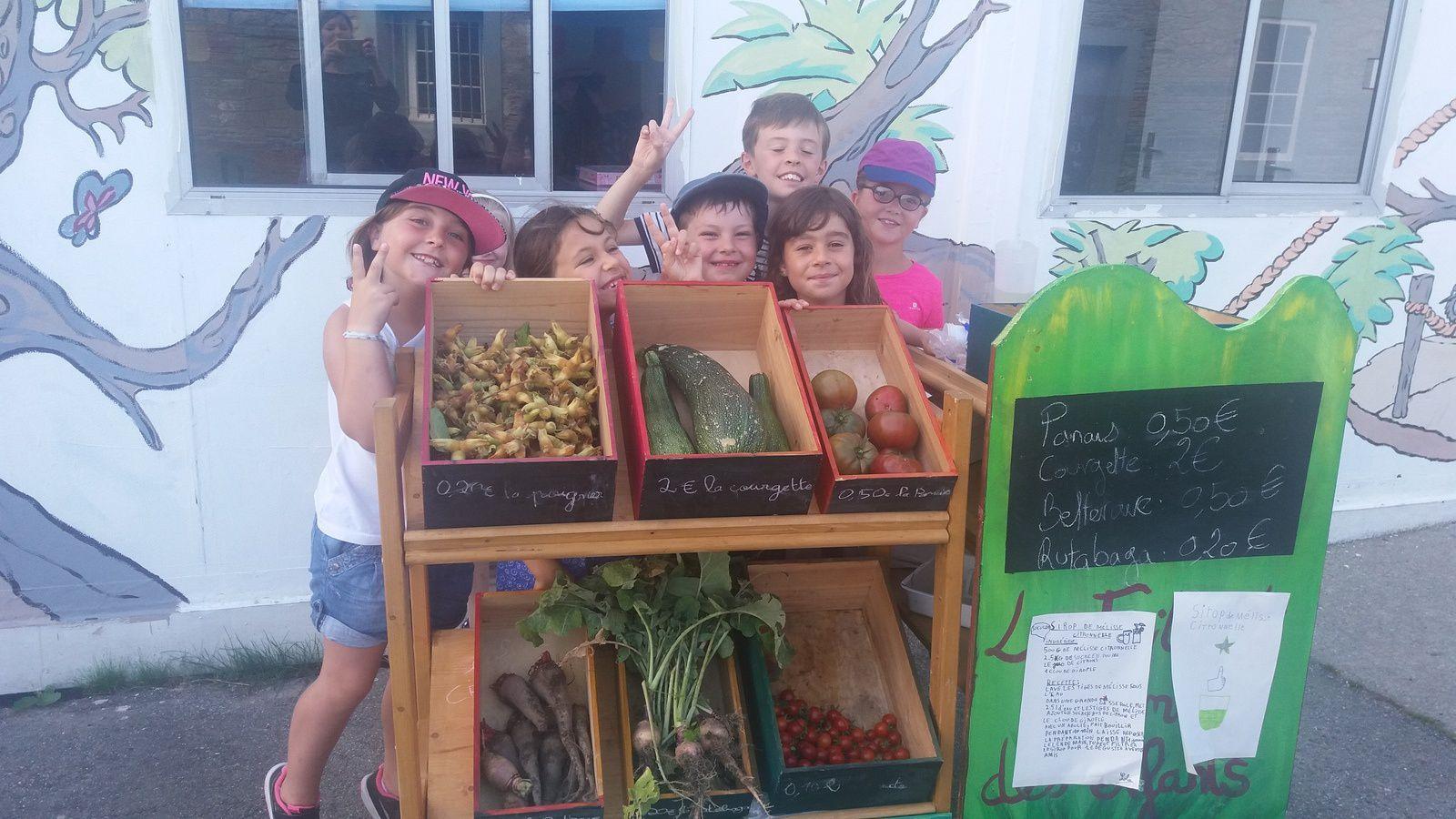 Du jardinage : Voici nos petits jardiniers, qui, après une belle récolte, vendent avec fierté, leurs légumes au profit d'une association, l'école de Preeti